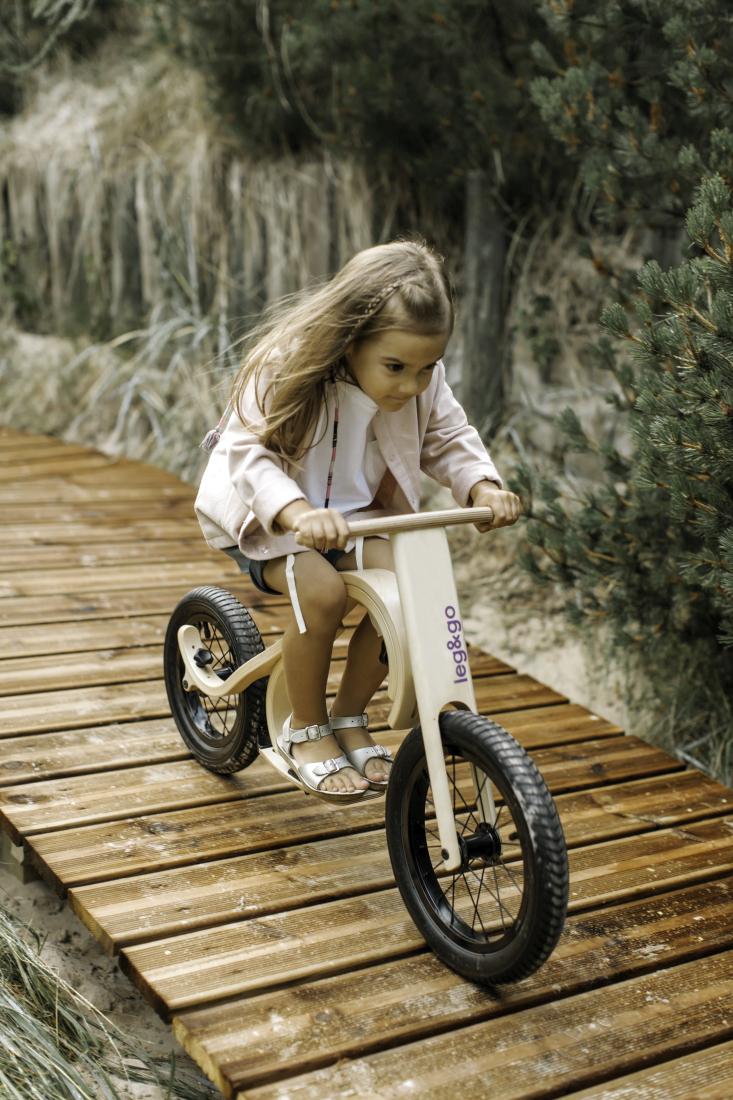 Leg&Go Downhill Bike. Mit Fußablage, de gleichzeitag als Bremse dient.