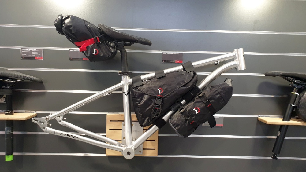 Revelate Designs Bikepacking-Taschen an Early Rider Rahmen